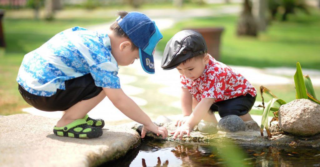 gyerekek játszanak egy szökőkútnál